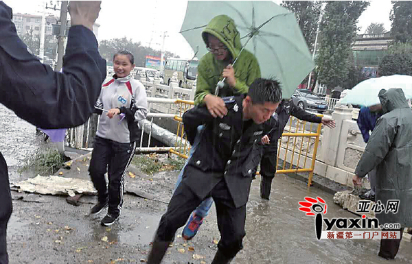 新疆塔城城管雨中背人引数万网民转发评论:中
