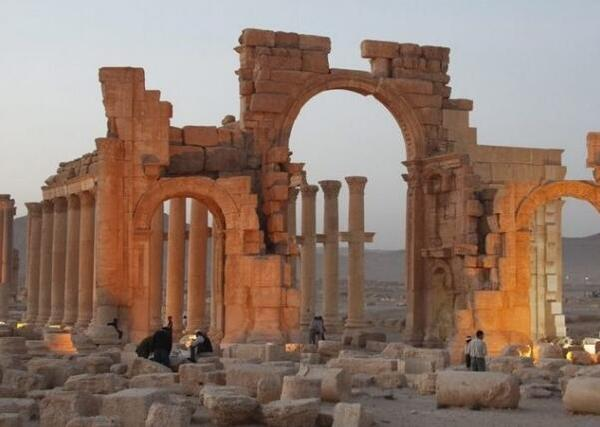 """10月4日,极端组织""""伊斯兰国""""炸毁叙利亚古城帕尔米拉的标志性建筑凯旋门。(图片来源:香港媒体)"""