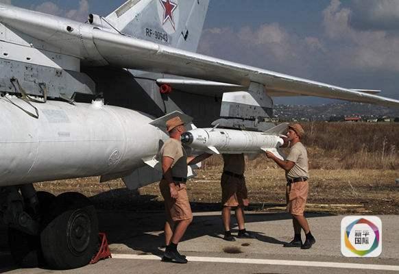 俄军士兵正将一枚Kh-25导弹装上苏-24战机