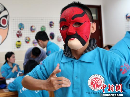 泰国华裔青少年在威海学画京剧脸谱 剪纸 文化_凤凰