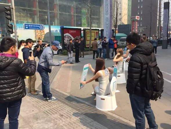 接班斯巴达?一群女模大冷天穿丁字裤国贸游图偷拍美女图片图片