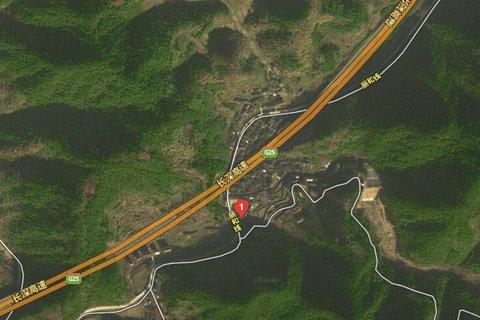 卫星地图显示,事发村庄两面环山.