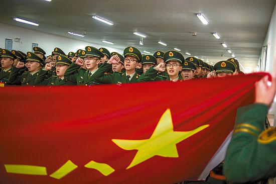 张思德生前所在部队举行新兵授衔仪式图片