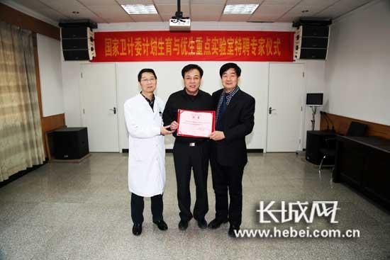 聘任仪式,李国正院长(右一)高章圈主任(左一)与谷�群研究员(中)。仇俊华 摄