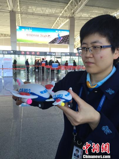 7岁半瘫女童小又晗从北京回到了包头,用自己亲手捏制的橡皮泥飞机模型