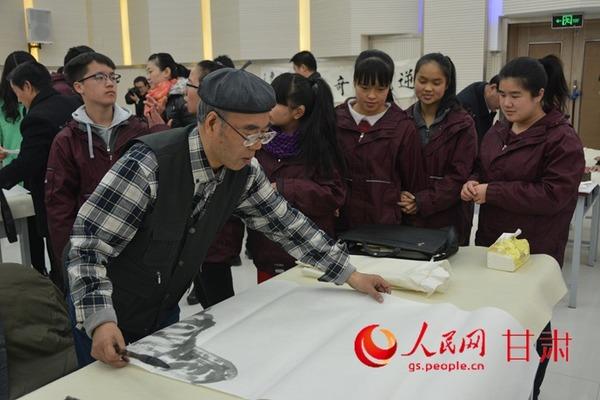 艺志愿者参观了兰州市盲聋哑学校建设情况,与师生们进行了爱心教图片