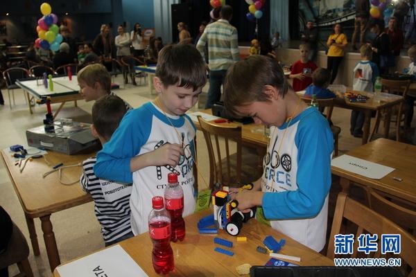 少年宫举行儿童机器人制作大赛图片