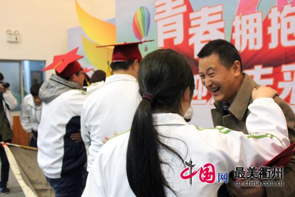 衢州高级中学350作文学子成人共同举行余名礼中走高在温暖中行高三图片