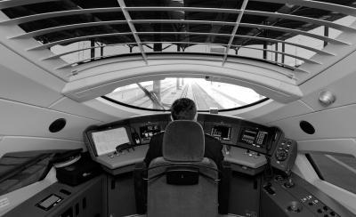 津霸客专驾驶台。(来源:京华时报)