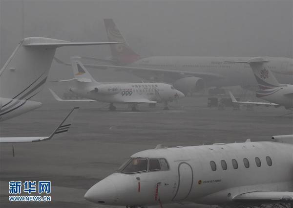 受雾霾影响,北京首都机场部分航班延误.图片来源:新华网