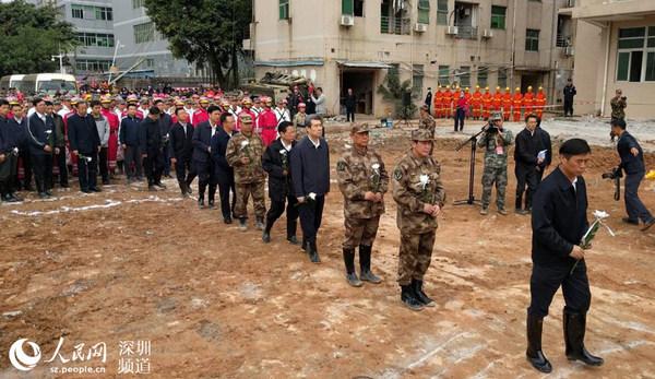 参加悼念人员依次向遇难者献上白菊花。(王星 摄)
