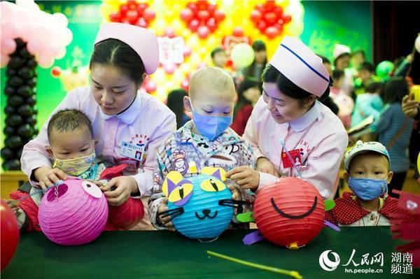 湖南医院小患者手工制作灯笼庆新年