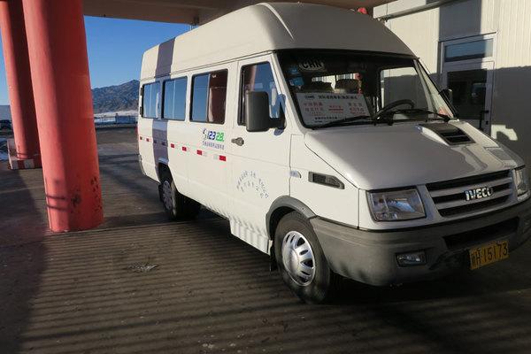 图为承运新疆青河县塔克什肯镇至蒙古国科布多省布尔干县的国际旅客运输联运班车。