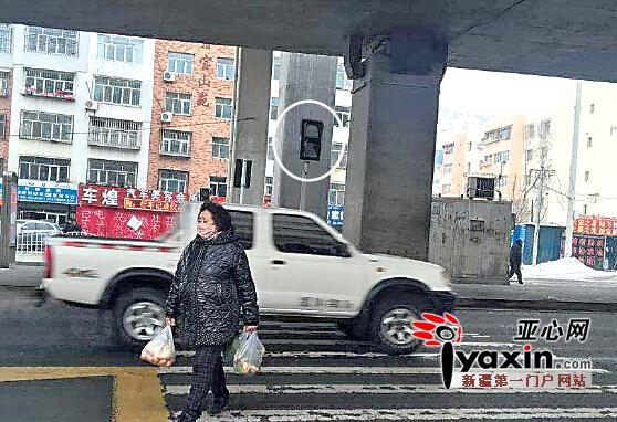 1月15日11时许,BRT71号线环卫处站,人行红绿灯不亮(白圈处)。亚心网记者张铃铃摄 【记者回访】胡女士说,她每天上下班都在环卫处站乘坐BRT71号线,因为车站建在马路中间,乘客都需穿过马路。此前,这里安有人行红绿灯,过马路很方便。最近几个月,人行红绿灯一直不亮,人车混行现象时有发生,很危险。