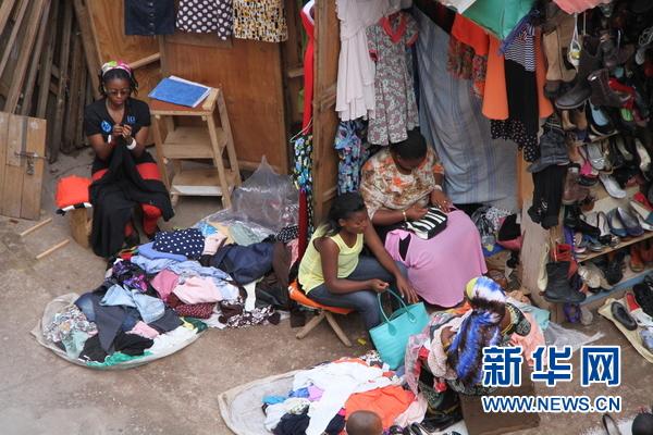 图为位于卢旺达首都基加利市的一处二手服装市场。新华网记者杨孟曦摄
