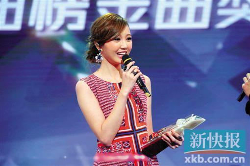 《2015年度TVB8金曲榜》颁奖 新快报讯 记者徐绍娜报道 《2015年度TVB8金曲榜颁奖典礼》于16日晚在香港将军澳电视广播城举行,颁奖礼上共颁发了17个音乐奖项。值得一提的是,这次颁奖礼现场女将大勇,吴若希凭全城热播的《眼泪的秘密》再次夺得TVB8金曲榜金曲金奖,林晓培则获得亚太区最受欢迎女歌星奖,在台上激动落泪。 这次颁奖典礼有多位华语乐坛当红歌手及组合亮相,郑俊弘、吴若希、林晓培、泳儿等盛装出席角逐六大奖项组别,包括TVB8金曲榜金曲金奖、亚太区最受欢迎歌星奖、TVB8金曲榜最佳新人奖