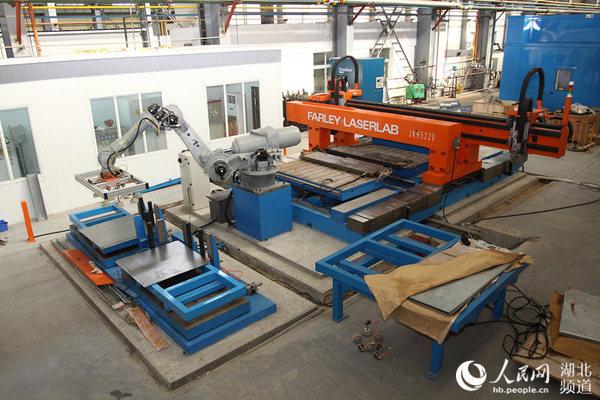 华中科技大学机械学院教授邵新宇团队研发的拼焊机组