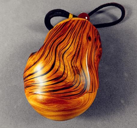 盘 养 的 一些 挂 瓷 的 木 珠 玩 件 供 大家 欣赏