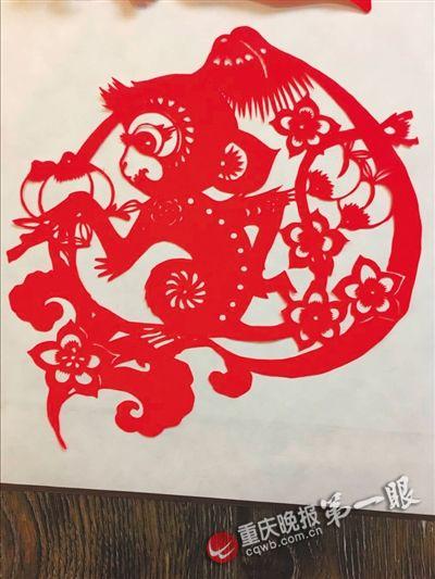 重庆剪纸非遗传承人 剪上百张猴子迎猴年