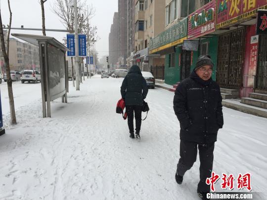 沈阳市民在雪中出行。 宫旭 摄