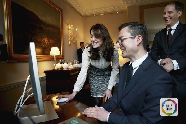2月17日,英国王妃凯特(左)与《赫芬顿邮报》工作人员交流。(图片来源:新华/路透)