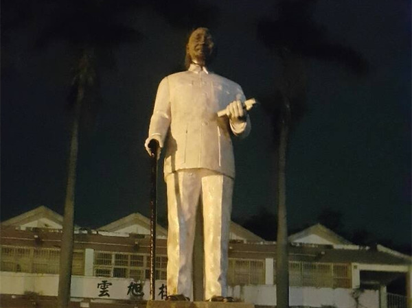 """台湾一蒋介石铜像遭恶搞 变成""""肯德基爷爷""""(图)"""