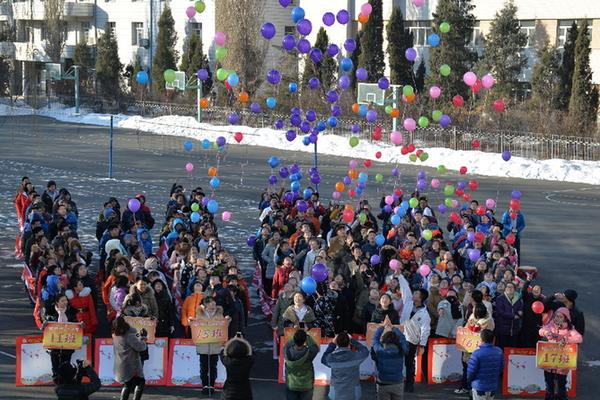哈尔滨市第六中学校举行了高考百日冲刺誓师活动.-踏着春天的脚步图片