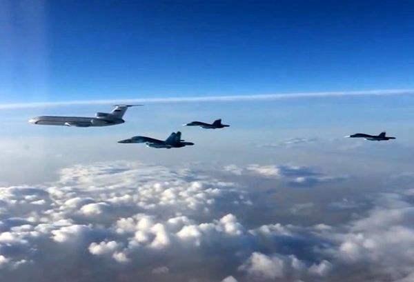 图为俄罗斯空军战机离开叙利亚返俄。(新华/路透) 俄罗斯国防部15日发表声明说,首个战机编队已经飞离俄罗斯在叙利亚的海迈米姆空军基地,正返回国内常驻基地。这一编队包括3架苏-34轰炸机和一架图-154运输机。 俄国防部称,俄军战机将以编队的形式飞离叙利亚,每个编队由搭载技术人员或装备的运输机以及护航的战机组成。由于一些战机距离国内常驻基地超过5000公里,途中还需要加油和进行技术检修。 俄罗斯国家电视台播放的画面显示,在海迈米姆空军基地,3架战机和1架运输机陆续起飞,在空中组成编队。俄罗斯24小时新闻频