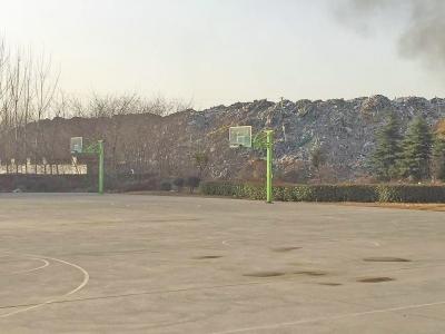 河南工业大学遭遇垃圾山入侵 15年无人撼动