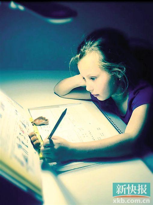 李玉刚发布在微博上的外国小女孩的照片