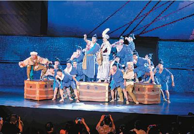 了一场关于海上丝绸之路的动人故事.图为演员表演大型舞剧《丝海
