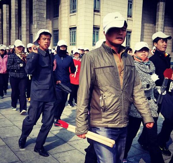 朝鲜民众手拿火炬道具正在进行方阵彩排(网页截图)