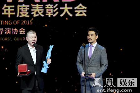 [明星爆料]廖凡出席导协表彰大会 气质深邃颁奖重量奖项