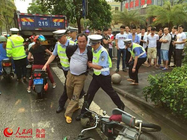 海口一男子驾超标电动车遭查后打交警被拘留|