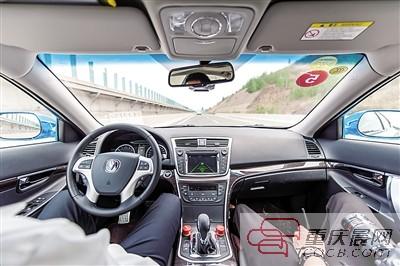 敞的高速公路,两辆炫目的银色长安无人驾驶车疾驰在洛阳牡丹怒放的