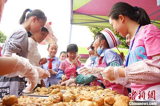 图为学生在售卖豆腐包。 朱柳融 摄