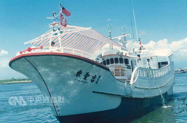 """交保后,台湾渔船""""东圣吉16号""""已于26日下午被日方释放(图片来源:""""中央社"""")"""