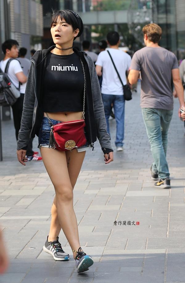 街拍 露脐美女,性感岂止小蛮腰图片