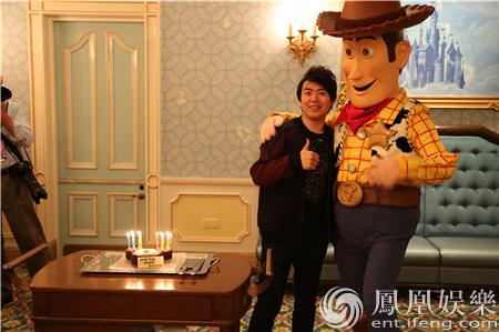 郎朗上海迪士尼庆生 直播秀琴技【星看点】