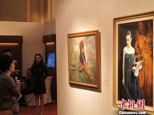 陈逸飞作品《小提琴手》(右),估价256400美元至384600美元 姜煜 摄