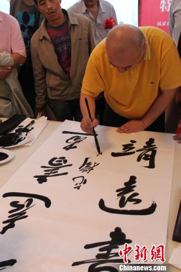 书画名家甘肃通渭泼墨挥毫 孩童百米长卷引人驻足