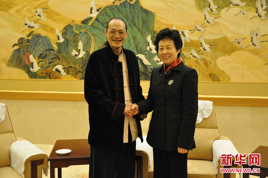 图片说明:全国人大常委会副委员长严隽琪与著名画家董希源亲切交流。