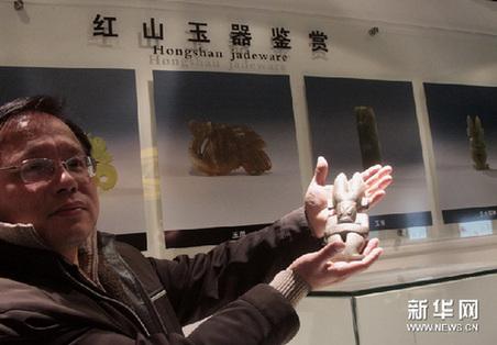 1月10日,苏州中学西马博物馆馆长闻一波在介绍史前红山文化玉器标本。新华网图片 汪永基 摄