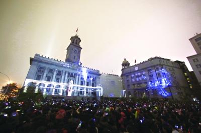 """同为武汉标志性建筑,""""长江大桥""""与江汉关交相辉映记者陈卓 摄"""
