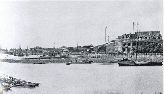 在太平天国运动中,受殖民地的牵制,太平军并未全力进攻上海。图为1869年拍摄的由苏州河北边望向上海滩的情景。