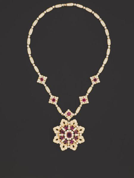 养殖珍珠,钻石及红宝石项链,戒指及耳环套装 据悉,佳士得将举行香港