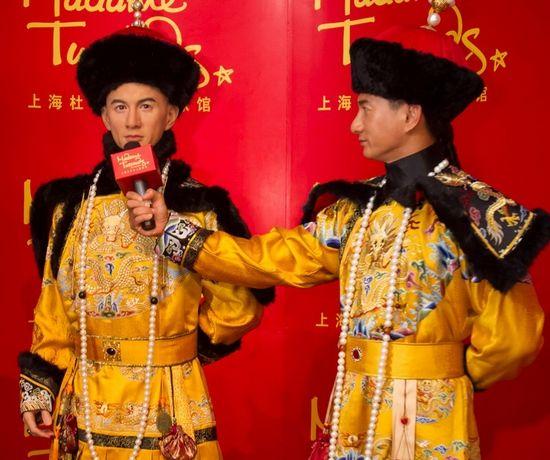 """吴奇隆采访""""吴奇隆""""(左为蜡像)。"""