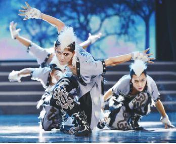 四川师范大学文理学院学生表演《狼图腾》 。
