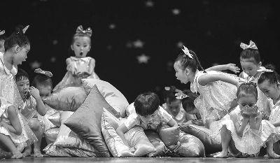 《手指宝贝》等,这些舞蹈不仅仅是生活中孩子们外在的生活形态和内在