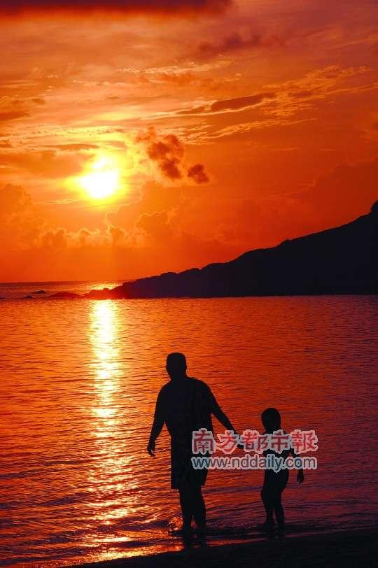 父亲在每个成年人的心目中都有特殊的地位,你还记得上一次和父亲一起出门旅行是什么时候吗?和亲人在一起,那种默契和感动总是会和朋友出行不太一样。 父亲节就要到了,你了解父亲的真实心愿吗?爱旅游的父亲或是不愿意行走的父亲,他们是怎样看待旅游的?本期四位父亲用自己的故事,带我们走进父亲们的内心世界。也许在看过这四位父亲的故事后,我们也许才会知道,作为父亲这个角色,他们行走得再远,也放不下身后的孩子。 记者手记 走近父亲的内心世界 父亲于我,也许是28寸的铁人自行车;父亲于我,也许是衬衫、领带和公文包。父亲就像每